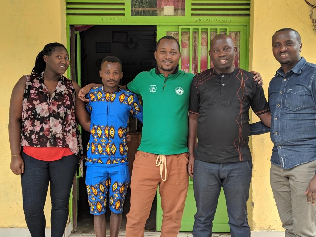 Das HIHD Team vor ihrem Büro. Hier werden Jugend- und Frauenkooperativen gebildet.