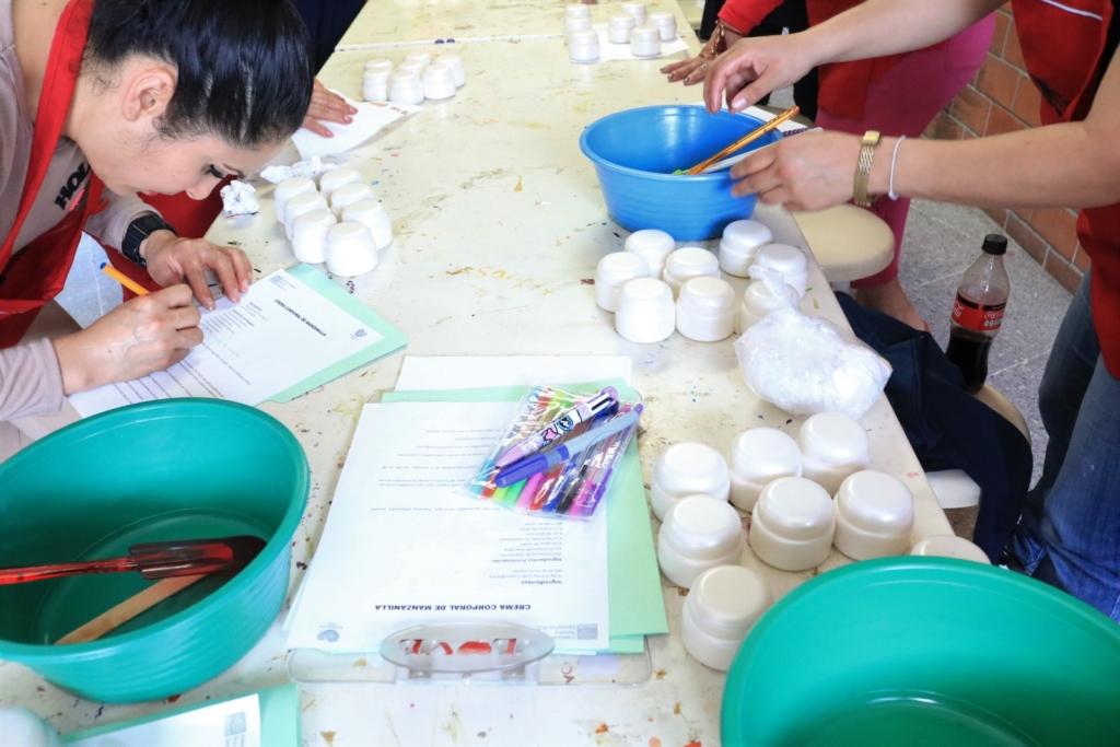 Teilnehmer*innen des Programmes lernen sowohl handwerkliche Fähigkeiten, als auch den Aufbau eines eigenen Unternehmens